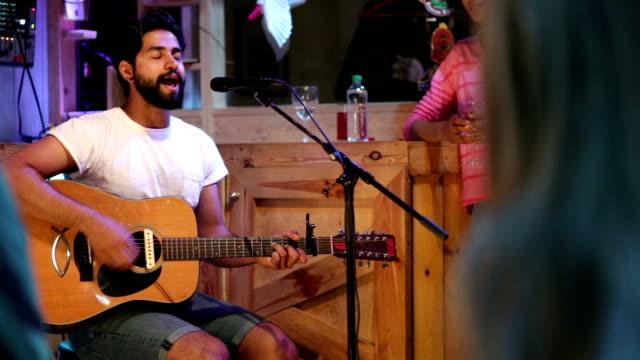 Sänger/Songwriter spielen in der Bar