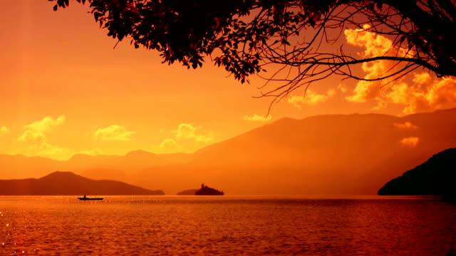 Ein Boot auf einem schönen See