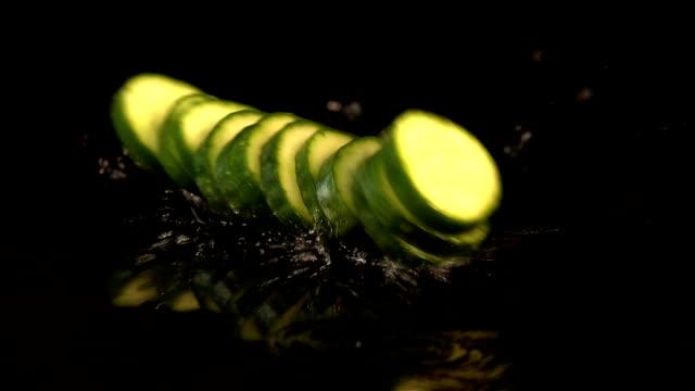 Zes video's van dalende komkommer in echte Slowmotion