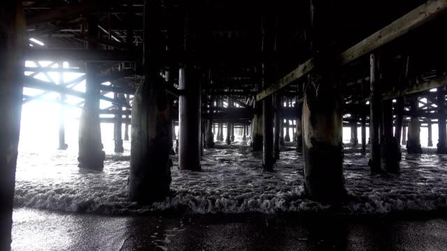 Sechs Videos des Gehens unter Pier in 4K
