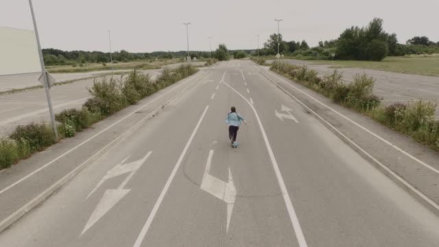 Luchtfoto Skateboarding op een lege parkeerplaats