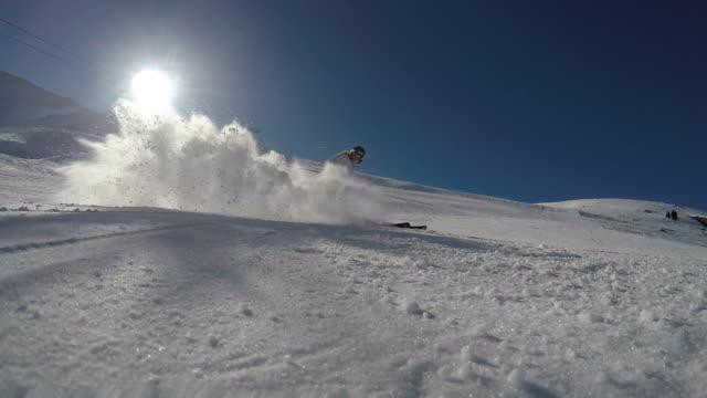 Skifahrer Skulptur und sprühen Schnee in die Kamera, Zeitlupe