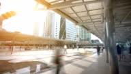 Lucht lopen het platform voor passagiersschepen voor doorvoer tussen BTS trein en BRT bushalte Chong Nonsi station