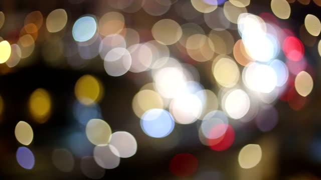 skyline e occupato traffico su strada sopraelevata incrocio di notte, tempo reale.