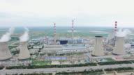 skyline der Stadt und Verkehr auf der Vorstadt Straße durch power plant.shot von Hintergrundgeräusche 4 K