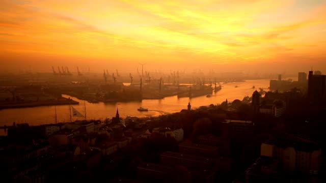 Skyline von Hamburg bei Sonnenuntergang