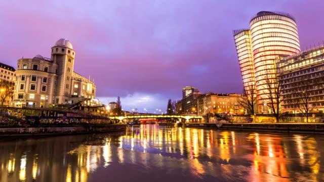 Skyline von Wien mit Brücke bei Sonnenuntergang, Zeitraffer