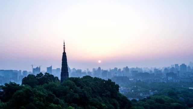 Die skyline der Stadt und Pagode von hangzhou während sunrise.Time hinfällig.