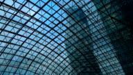 Blick auf die Wolkenkratzer durch Glasdach