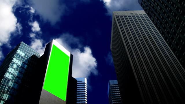 Wolkenkratzer mit billboard