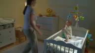 HD CRANE: Schlaflos Baby weint in der Nacht