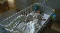 HD CRANE: Schlaflos Baby weint In Ihrem Bett
