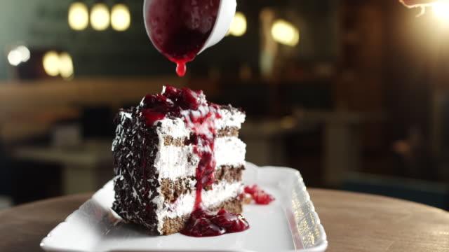 Bit av Schwarzwald tårta med körsbär toping
