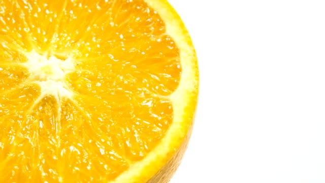 Fetta di arancia fresco isolato.