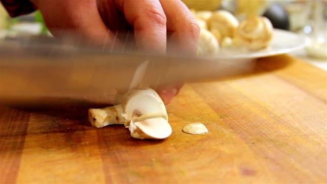 Slicing mushrooms