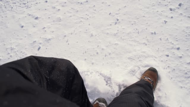 SLO MO Sliding met laarzen op een skihelling