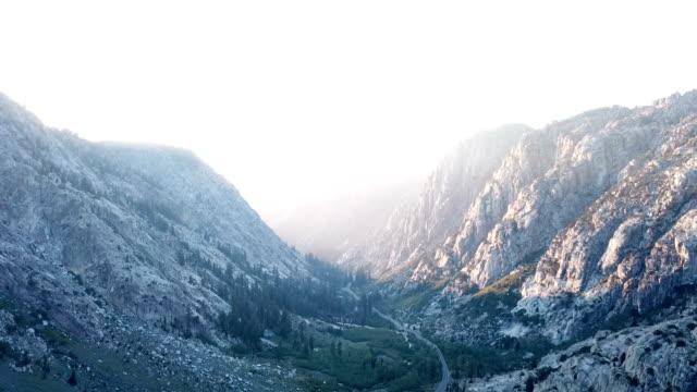 Langzaam vliegen door prachtige bergpas in Californië wildernis