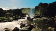 Slow motion vacker av Oxararfoss vattenfall på Island