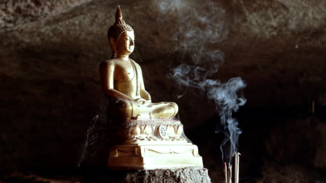 Slowmotion: Buddhastatyn med rök