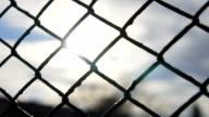 Zeitlupe: Kette Zaun gegen Golden Sun