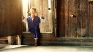 Zeitlupe: Chinesische weibliche Kind zu Fuß auf einem Holz-Haus