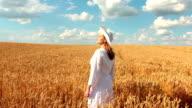 Zeitlupe: Kran Schuss von Young Woman In Wheat Field