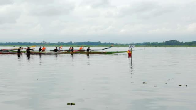 Zeitlupe von Team-Rudern Rennen auf dem See