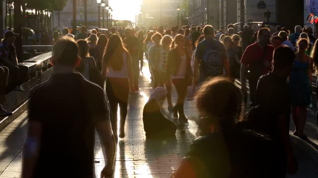 HD-Zeitlupe: Fußgänger Pendler Menschenmenge zu den champs-Élysées in Paris
