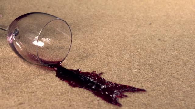 Slow motion rode wijn morsen op tapijt