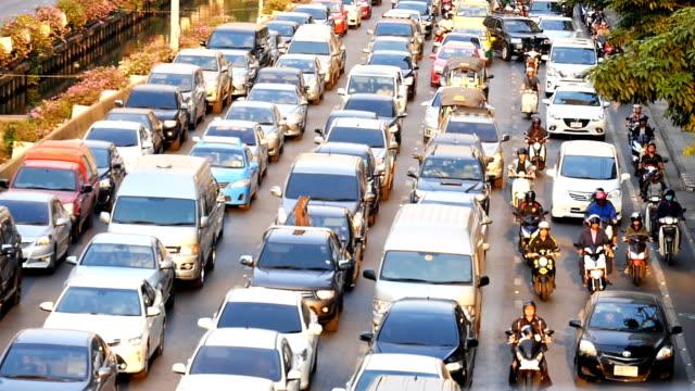 HD slowmotion: Traffic jam op de weg