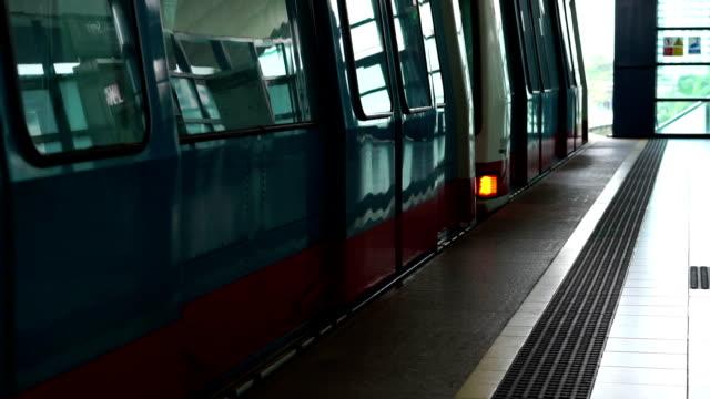 Zeitlupe Zug Tür schließt und Blätter station