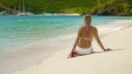 Zeitlupe video von Frau Sonnenbaden auf einem karibischen Strand