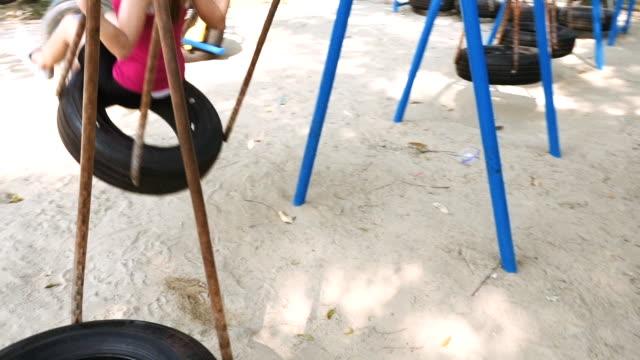Zeitlupe: Frauen auf dem Spielplatz Schaukeln