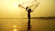 """HD al rallentatore: stili di vita locali di pescatore lavoro nel mattino """" alba."""
