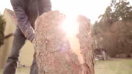Zeitlupe :  Das Aufteilen Holz mit einer Axt in der Sonne-Hintergrund
