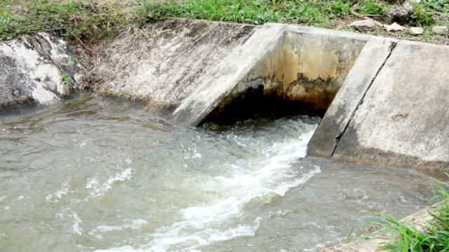 Långsam rörelse: våren översvämningar vatten flyter på vattenkraftverk dammen