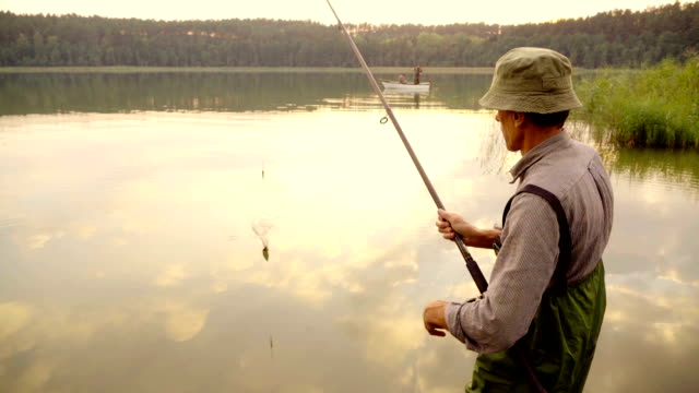 Slow-motion: Pesca a mosca al tramonto