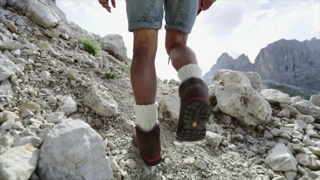 Slow-motion senior man trail wandelen op de berg