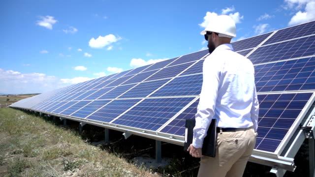 Slowmotion-Techniker im Solarkraftwerk