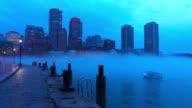 Kleine boot invoeren van een mistige Boston Harbor.