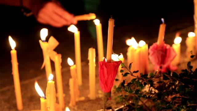 HD: Kleine Kerzen beleuchteten und sich auf den Weg in den Baum.