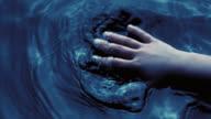 SLO, MO, mit kleinen hand berühren der Oberfläche des Wassers
