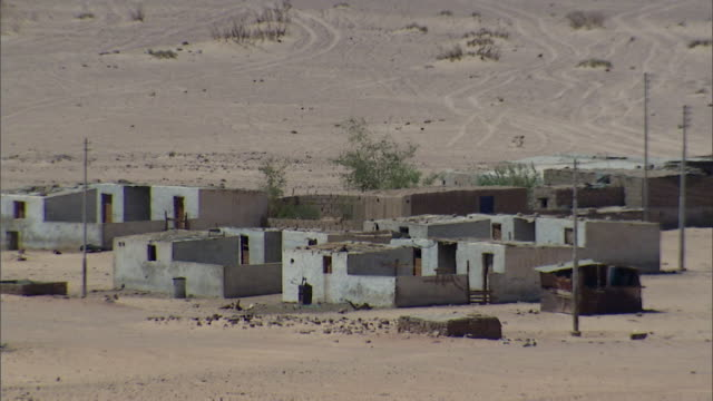 WS Small settlement of plain square building with heavy heat shimmer / Sinai, Egypt