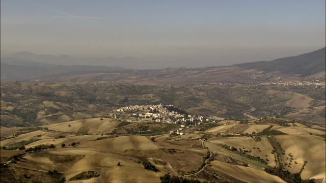 Kleine Städte umgeben von trockenen Farmland-Luftaufnahme-Basilicate, Provincia di Potenza, Venosa, Italien