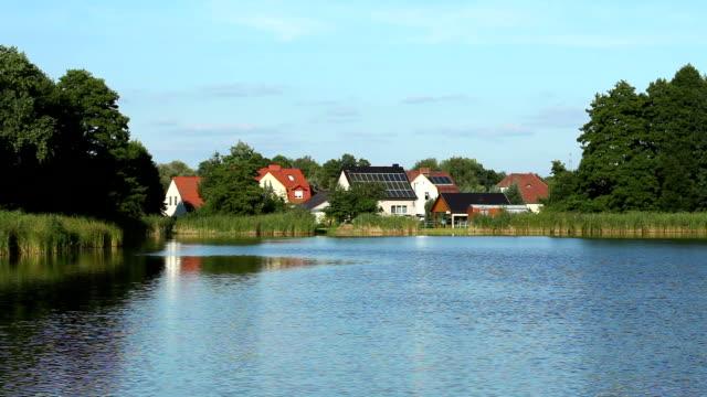 Piccolo villaggio sul lago, con energia solare sul tetto