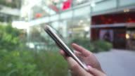 smartphone mall im Freien