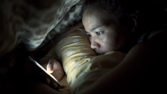Smartphone am Bett