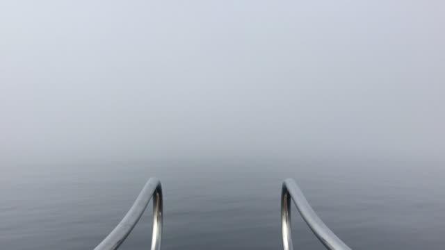 Smartphone-Video von der Nebel auf dem Meer aus einem sich bewegenden Boot