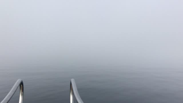 Smartphone-Video von der nebligen Meer vom Boot