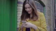 Smartphone ung kvinna utomhus.